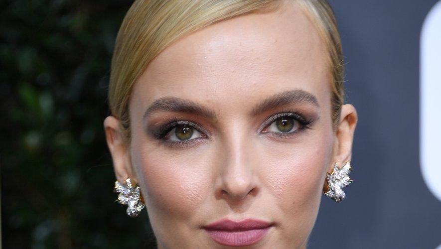 La comédienne Jodie Comer a opté pour la simplicité avec des lèvres couleur rose poudré, un regard charbonneux et une chevelure tirée avec raie sur le côté.