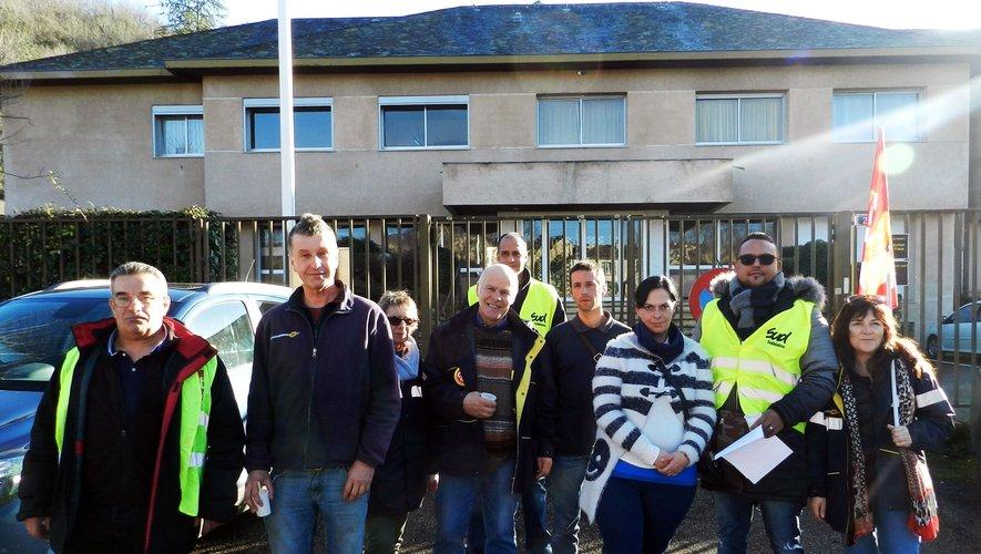 Les postiers de Cassagnes-Begonhès et leurs représentants syndicaux devant la sous-préfecture de Villefranche où une délégation a été reçue.
