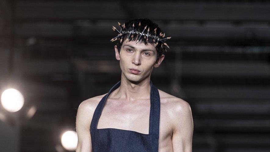 Le défilé du créateur suédois Per Gotesson a fait la part belle à des accessoires inattendus comme cette couronne christique.