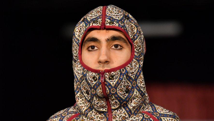 Côté beauté, la présentation de la styliste Paria Farzaneh a mis l'accent sur des sourcils appuyés et des regards soulignés au khôl.