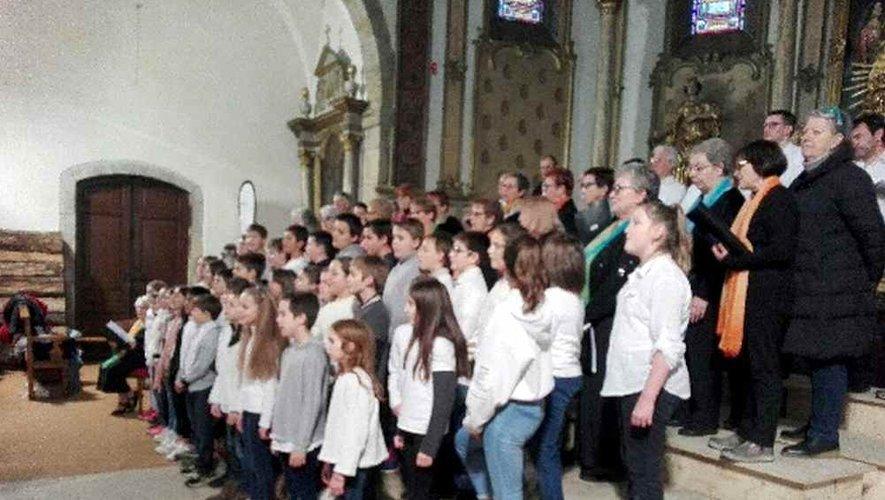 La chorale des enfants chante Noël.