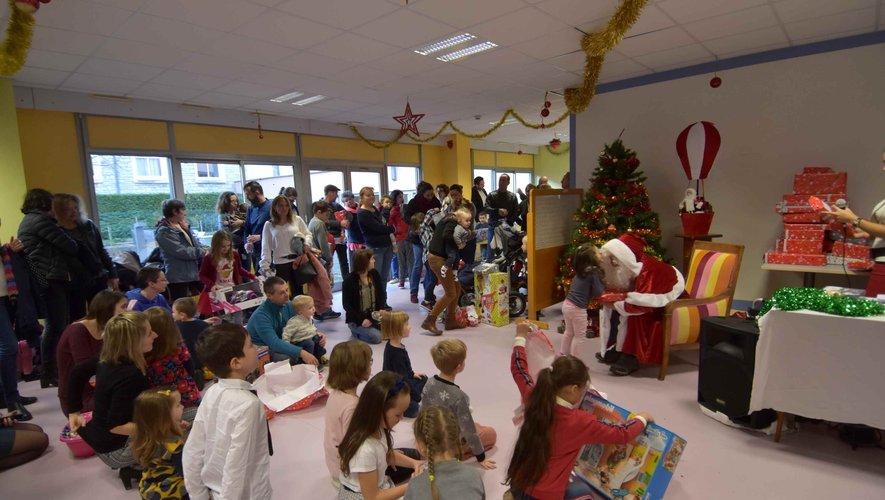 Distribution de cadeaux aux enfants du personnel de l'hôpital.