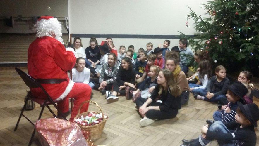 Le père Noël fut accueilli en musique.