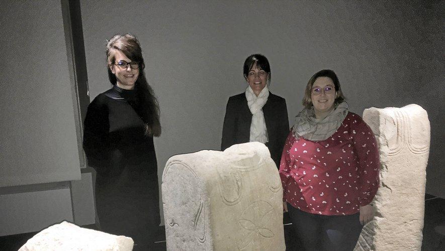 Cécile Chapelot, Karine Orcel et Aurélie Jalouneix au milieu des stèles et statues de guerriers celtes.