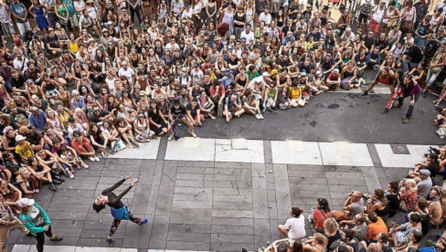 DERRIÈRE LE HUBLOT  Début juin, de Capdenac-Gare à Figeac, « L'Autre festival » fera encore une fois la part belle aux arts de la rue. Œuvres éphémères, architectures monumentales, spectacles improbables, inventeurs et  gentils fous de tout poil animeront l'ouest-Aveyron et le Lot voisin dans un délire artistique et visuel.
