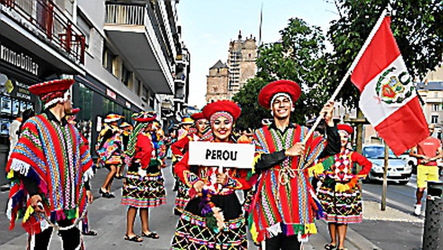 FOLKLORE INTERNATIONAL  L'été aveyronnais danse chaque année au rythme de la dizaine de groupes folkloriques invités par le Festival du Rouergue. Cet été encore, du 4 au 9 août, de Rodez à Pont-de-Salars, musiques et chorégraphies du monde entier seront d'un voyage toujours haut en couleurs.