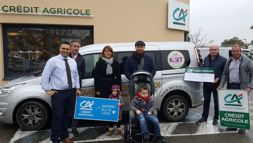 Paulo Parente et les administrateurs du CRCA lors de la remise du chèque de 2 000 €.