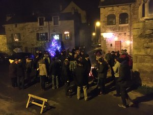 Les habitants se sont regroupés autour du feu.
