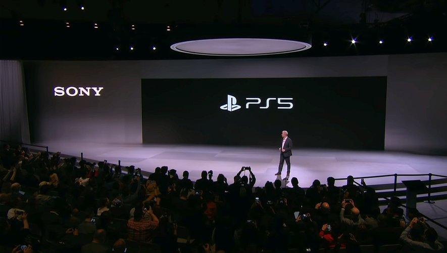 Le PDG de Sony Interactive Entertainment President Jim Ryan présente le logo PS5 au CES 2020