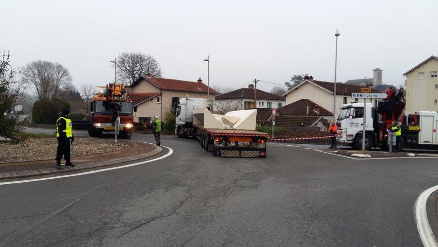 A l'arrêt au milieu d'un rond point très fréquenté de Firmi, le second camion est actuellement en train d'être déchargé en vue de son évacuation.