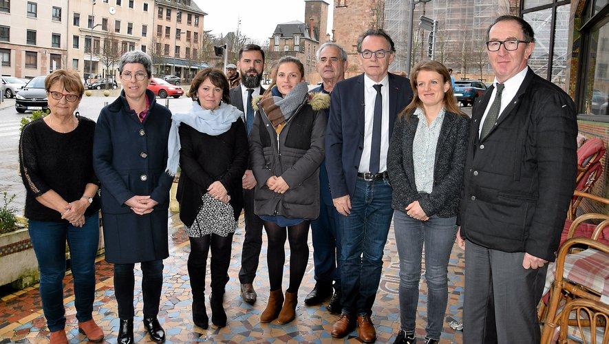 ChristianTeyssèdre entouré de ses colistiers et de deux nouveaux venus: Jean-François Bouges (à droite), ancien directeur de l'Udaf, et Odette Antoine (à gauche), déjà élue avec la majorité.