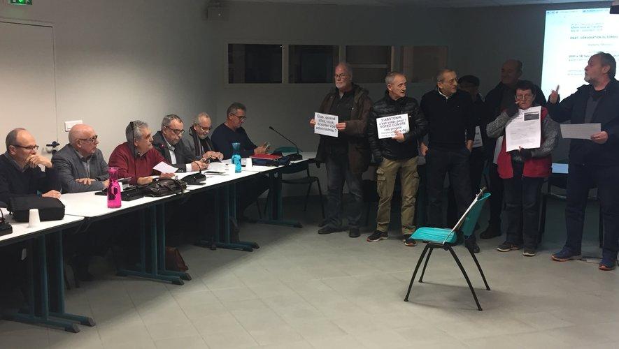 Les opposants ont investi la salle du conseil communautaire pour manifester leur désaccord.