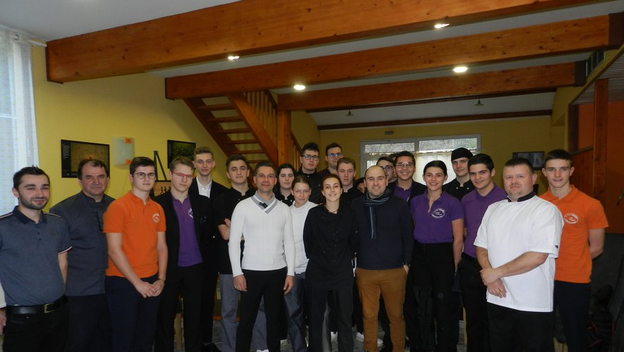 Julien Allano et son maître d'hôtel avec les professeurs et les élèves de terminale du lycée hôtelier.