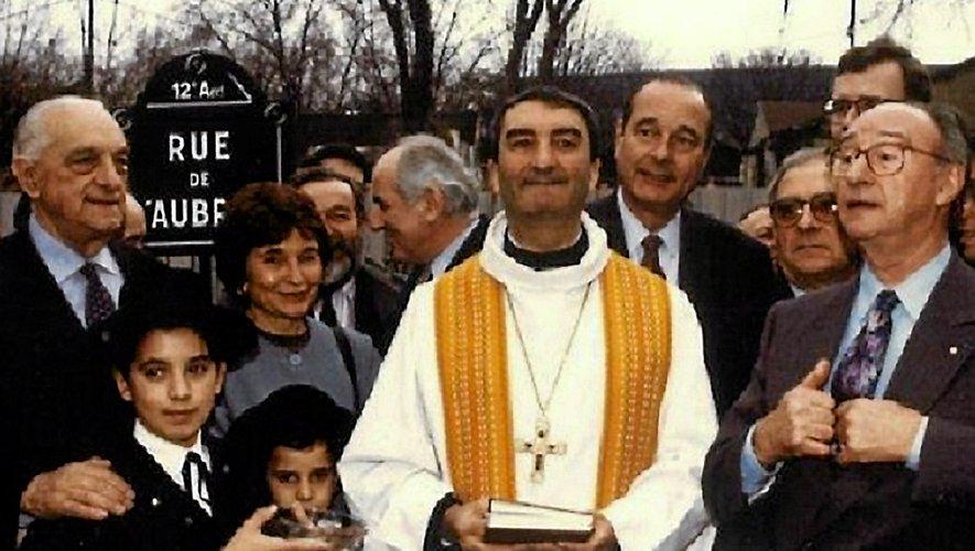 Sous les yeux, notamment, de Maurice Solignac, président de la Fédération nationale des amicales aveyronnaises (à droite), de Jean Briane, député de la 1re circonscription de l'Aveyron (juste derrière lui), de Jean Puech, minitre, ou de Jacques Chirac, maire de Paris, la première pierre a été bénie par monseigneur Soubrié, évêque auxiliaire de Paris.