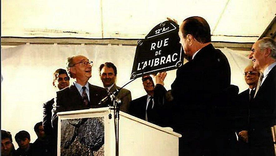 C'est Jacques Chirac qui a offert à Maurice Solignac le panneau qui « identifie » la rue où L'Oustal est sorti de terre.