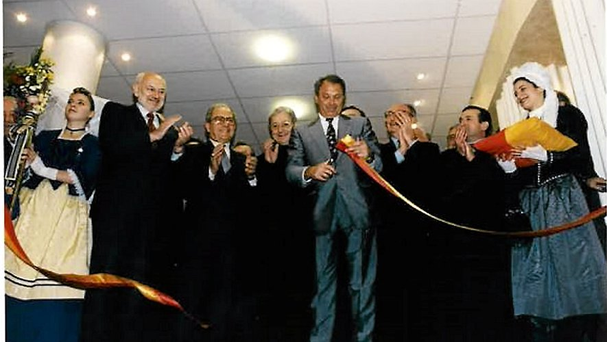 Ambassade du Rouergue à Paris, L'Oustal a été inauguré le 23 décembre 1996 par Jacques Godfrain, ministre délégué à la Coopération, député de l'Aveyron et maire de Millau (une paire de ciseau à la main). Derrière lui, dans le désordre, Roger Ribeiro, directeur de la Caseg, Marc Censi, président du conseil régional Midi-Pyrénées et maire de Rodez, Bellino Ghirard, évêque de Rodez et de Vabre (qui a béni l'immeuble), ou encore Jean Briane, député de l'Aveyron.