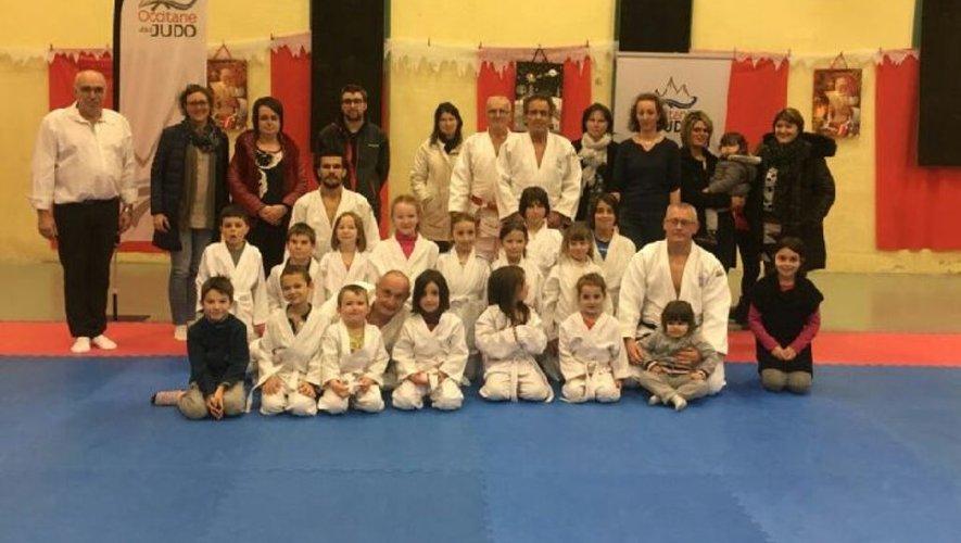 Photo souvenir : les jeunes judokas posent avec les plus grands de la région Occitanie