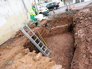 Philippe Gruat devant le mur qui permet de préciser le plan de l'amphithéâtre.