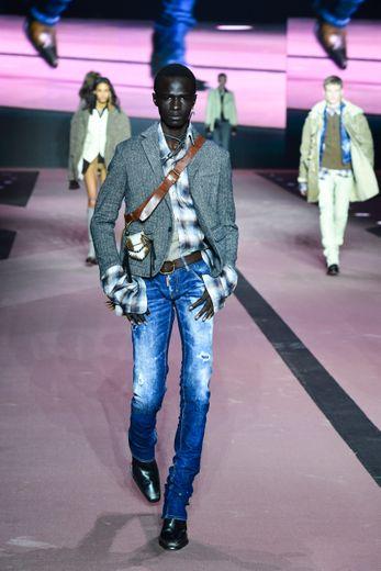 Pour son 25e anniversaire, Dsquared2 signe une collection tout en décontraction. Les hommes tels des cow-boys déambulent en jeans, chemises à carreaux, et vestes de costume, et privilégient les accessoires en cuir. Milan, le 10 janvier 2020.