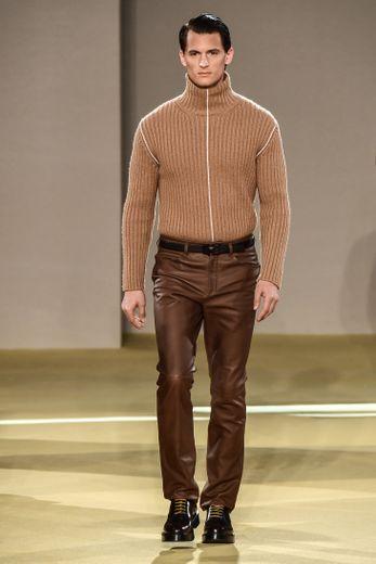 Salvatore Ferragamo revisite les grands classiques du vestiaire masculin avec un accent porté sur le cuir, les costumes à rayures, ou encore les pièces d'extérieur élégantes mais amples. Milan, le 12 janvier 2020.