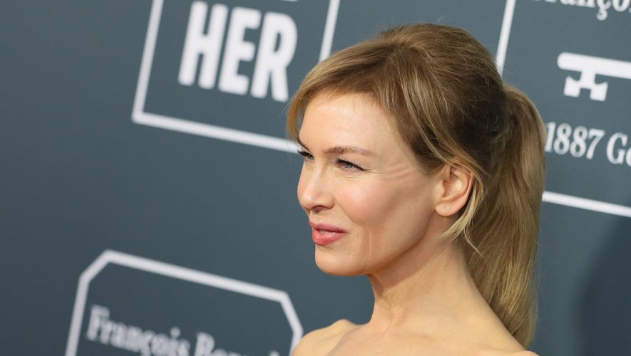 La frange et la queue de cheval haute de Renee Zellweger lui conféraient un look juvénile, et un maquillage léger ajoutait à sa fraîcheur.
