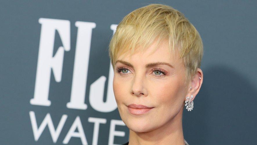 Un maquillage ultra-discret, un teint bonne mine et une coupe garçonne platine conféraient un look nouveau à Charlize Theron.
