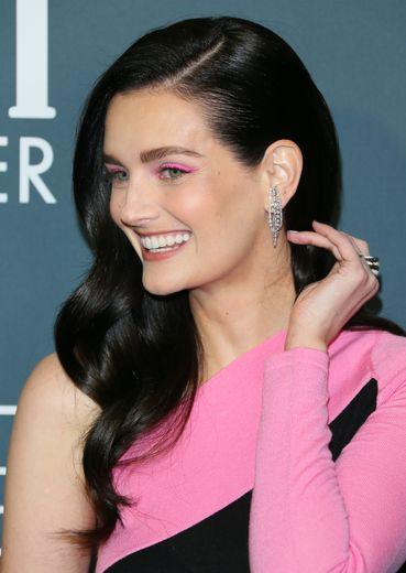 Lydia Hearst raffolait tellement du rose bonbon de sa robe qu'elle a décidé d'afficher des paupières assorties. Elle a aussi opté pour une coupe lâchée et ondulée pour un effet maximal.