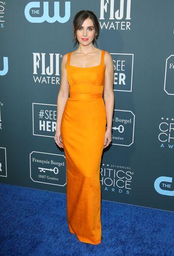 Alison Brie a foulé le tapis rouge dans une longue robe à bretelles d'un orange vibrant signée Brandon Maxwell. Santa Monica, le 12 janvier 2020.