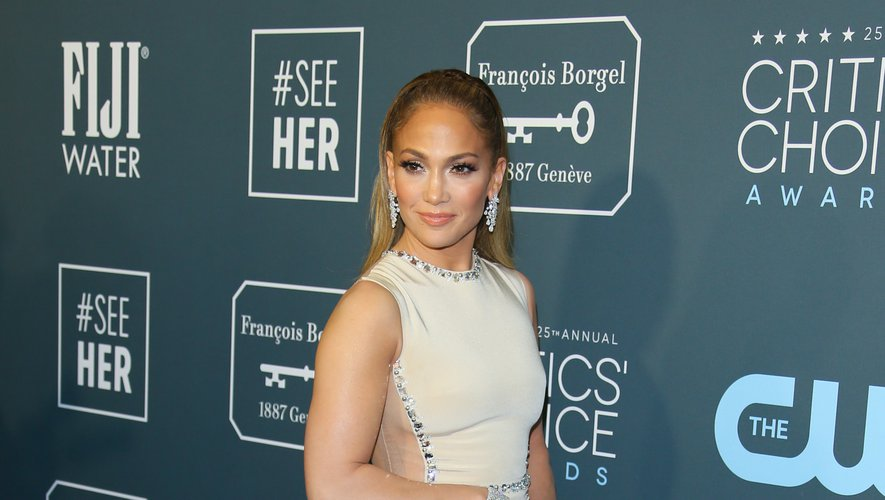Jennifer Lopez ne passe pas inaperçue lorsqu'elle foule un tapis rouge. C'était le cas hier soir dans cette sublime robe semi-transparente signée Georges Hobeika. Santa Monica, le 12 janvier 2020.