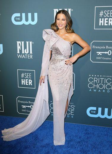 Kate Beckinsale a opté pour une robe asymétrique brillant de mille feux et signée Julien Macdonald pour fouler le tapis rouge de la cérémonie. Santa Monica, le 12 janvier 2020.
