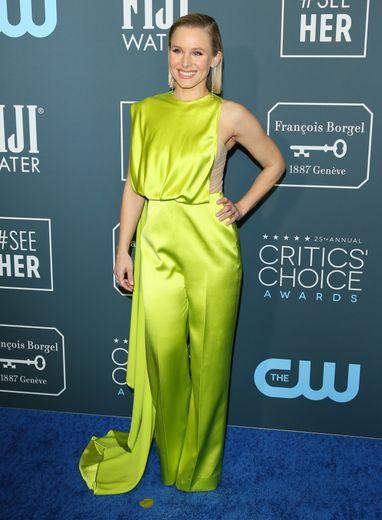 Kristen Bell était sans aucun doute la plus audacieuse hier soir arborant une combinaison en soie néon signée Cong Tri. Pari réussi. Santa Monica, le 12 janvier 2020.
