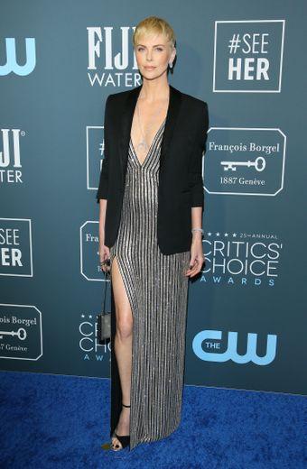 Charlize Theron a fait confiance à Celine pour la cérémonie, foulant le tapis rouge dans une robe décolletée et fendue noire et argentée. Santa Monica, le 12 janvier 2020.
