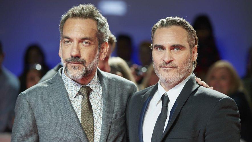 """Joaquin Phoenix (à droite) a remporté le Golden Globe du meilleur acteur dans un film dramatique pour """"Joker"""" de Todd Phillips en janvier 2020 lors de la 77e cérémonie."""