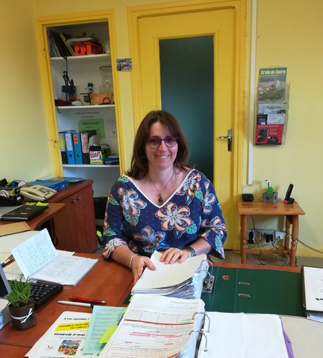Céline Roussel, animatrice référente à l'accueil, enregistre toutes les inscriptions.