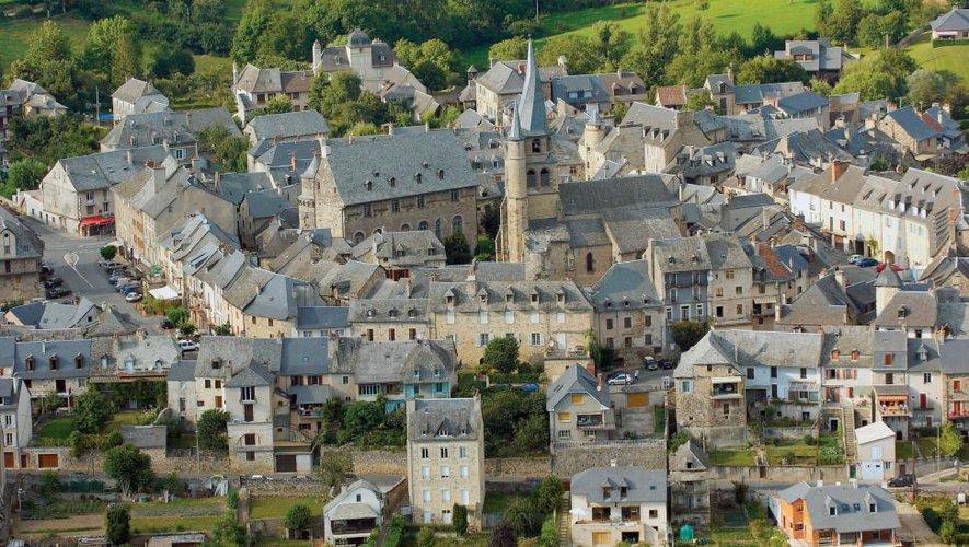 Un des « Plus beaux villages de France » avec ses rues moyenâgeuses.