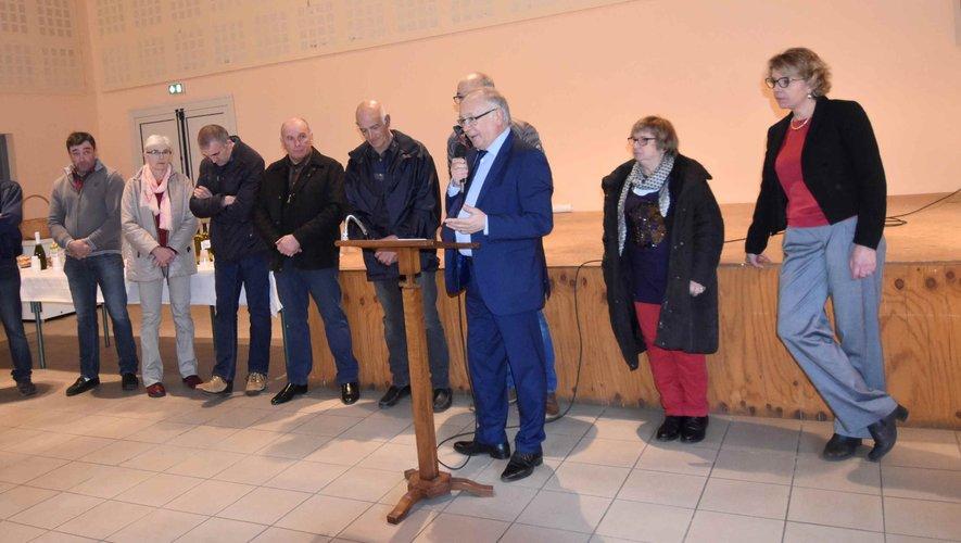 Le maire et les conseillers, à la salle des fêtes du village.