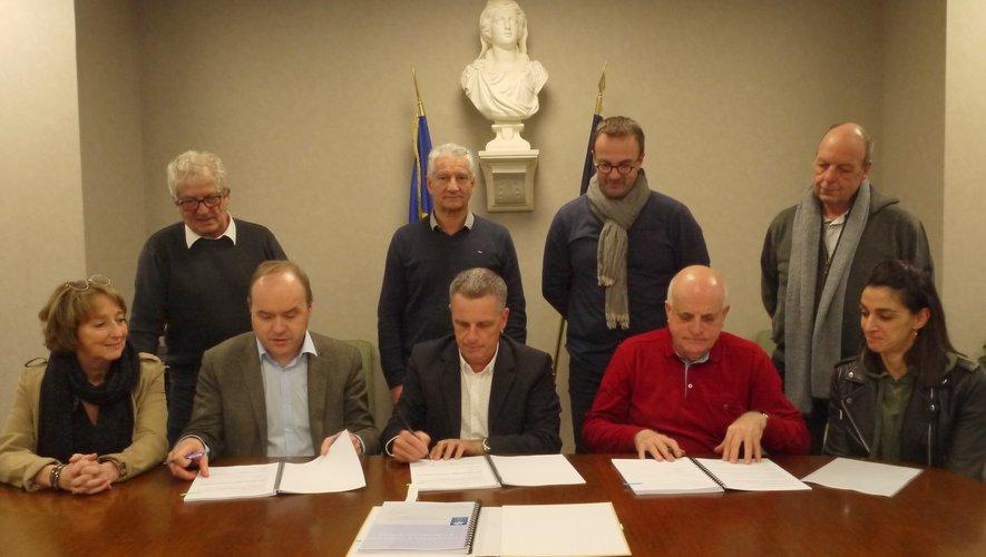 Les participants à la signature de cette CGT et CEJ à la mairie à Luc.