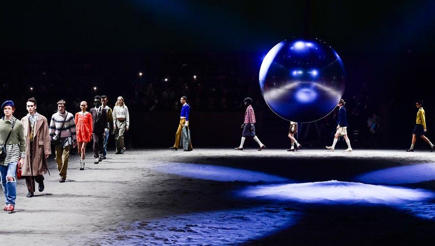 Chez Gucci, les mannequins défilent autour d'un pendule dans des vêtements conçus en partie sur le thème de l'enfance. Milan, le 14 janvier 2020.