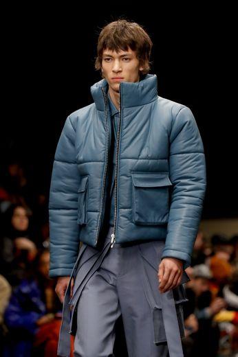 Rhude décline également son vestiaire sportswear dans différents coloris allant du bleu au rose avec des pantalons cargo et des doudounes fonctionnelles. Paris, le 14 janvier 2020.
