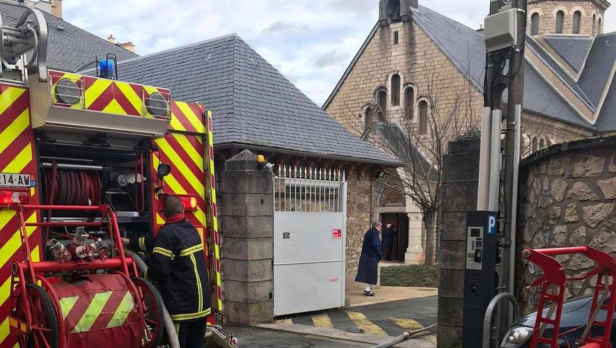 Les pompiers devant le bâtiment des soeurs Fransiscaines, rue Peyrot.