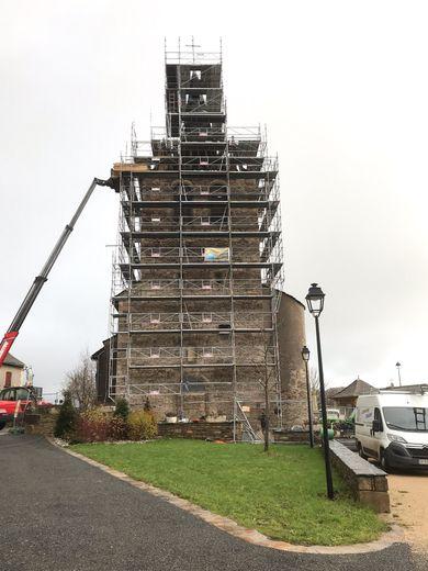 Le clocher du village paré d'un échafaudage.