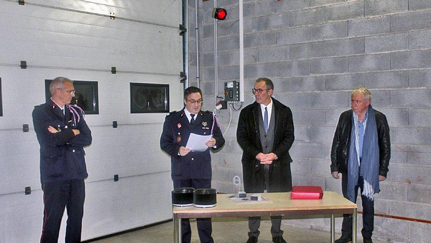 Mathias Devaux, chef du centre fait le compte rendu en présence d'Alain Vioulac maire de la commune, Jean-Michel Ladet maire de Campagnac et le lieutenant Olivier Pauvers représentant du SDIS12.