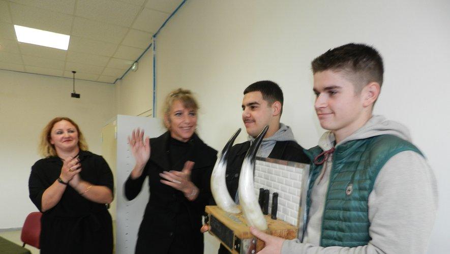 Avec le trophée, Antonin Mieulet et Yacinne Al Ghamnoufi ont reçu les félicitations de Karen Statkiewicz et de Frédérique Croux (de droite à gauche).