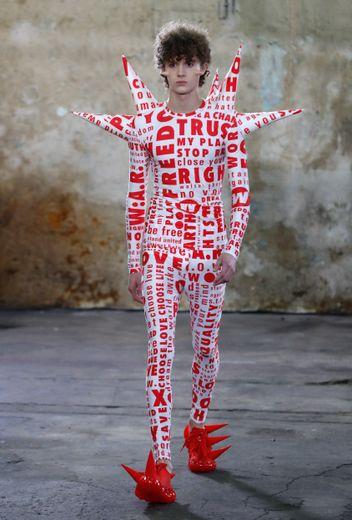 """Le message est bien plus engagé chez Walter Van Beirendonck qui fait du vêtement une protection avec des pointes de la tête aux pieds, et des messages tels que """"Save planet earth"""". Paris, le 15 janvier 2020."""