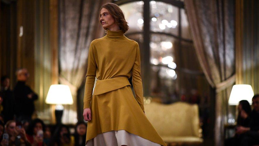 Cape, veste courte, fluidité... l'Espagne s'est invitée à la Fashion Week Homme grâce à la marque Oteyza qui revisite les classiques de façon moderne et propose çà et là des vêtements androgynes. Paris, le 15 janvier 2020.