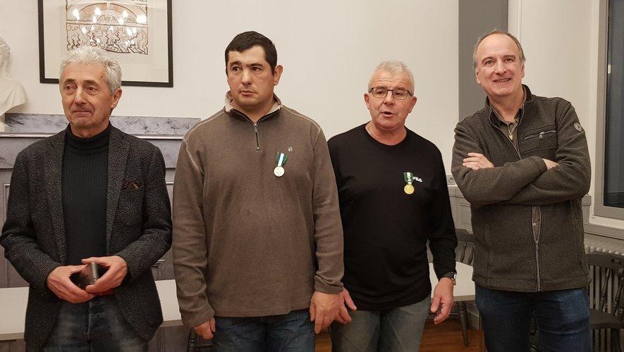 les médaillés Didier Moisset et Gérard Rouquié entourés par le maire Michel Soulié et le 1er adjoint Vivian Couderc.