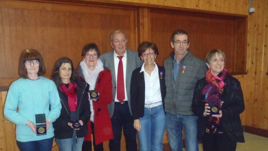 De gauche à droite entourant Christian Vergnes au centre, Liliane Corp, Christine Lacombe, Brigitte Albouy, médailles d'argent ; Christine Raynal (or) ; Thierry (vermeil) et Nicole Savy (argent).