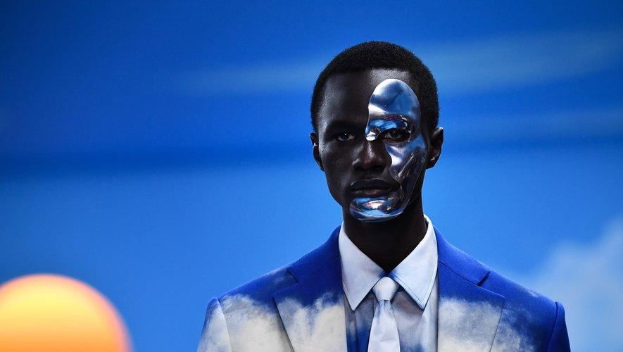 Au milieu d'un décor surréaliste, les mannequins du défilé Louis Vuitton arborent des masques futuristes.