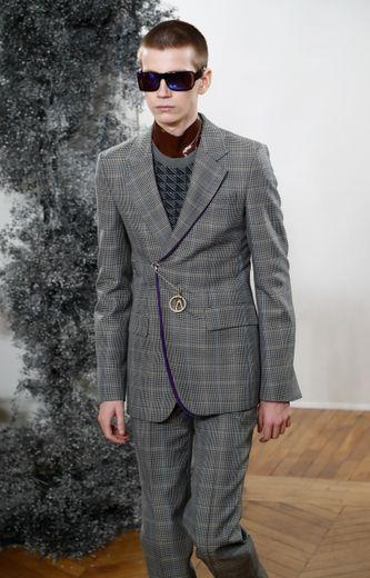 Les cultures et les inspirations s'entrechoquent avec style chez Givenchy qui s'inspire essentiellement du maharaja d'Indore pour cette collection, dont les vestes de costumes se ferment avec des épingles à nourrice ou des broches. Paris, le 16 janvier