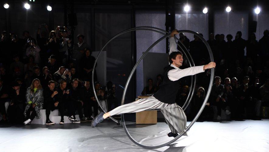 Issey Miyake a livré un véritable show avec des acrobaties, des musiciens, et des danseurs pour présenter sa collection automne-hiver 2020 bien évidemment placé sous le signe du plissé. Paris, le 16 janvier 2020.